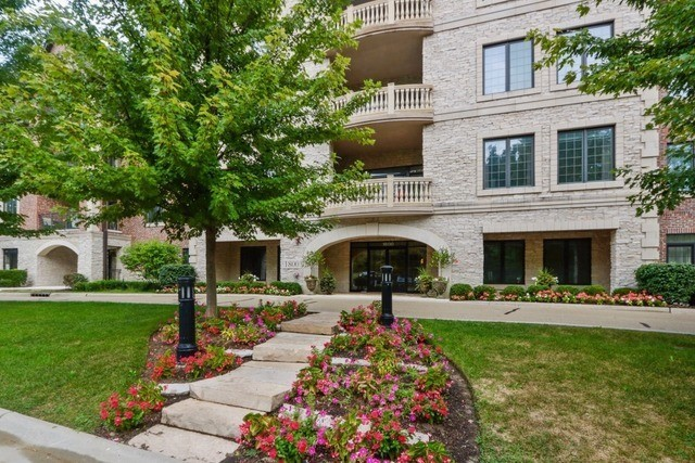 1800 Amberley Court 402, Lake Forest, IL, 60045: Photo 1