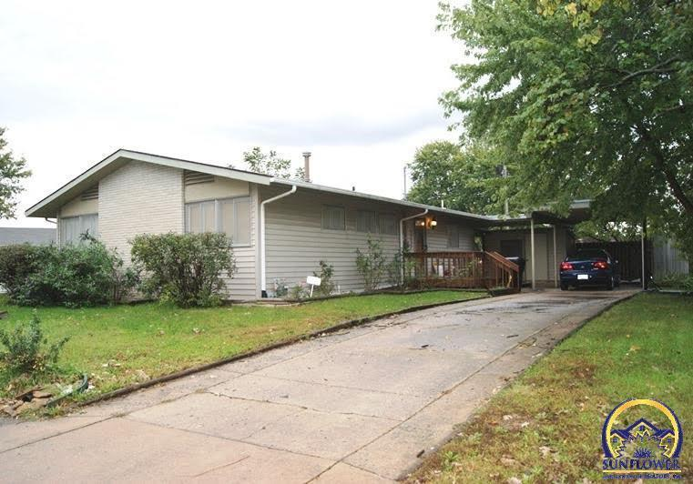 1721 clearview ln sw topeka ks for sale 76 500 for Home builders topeka ks