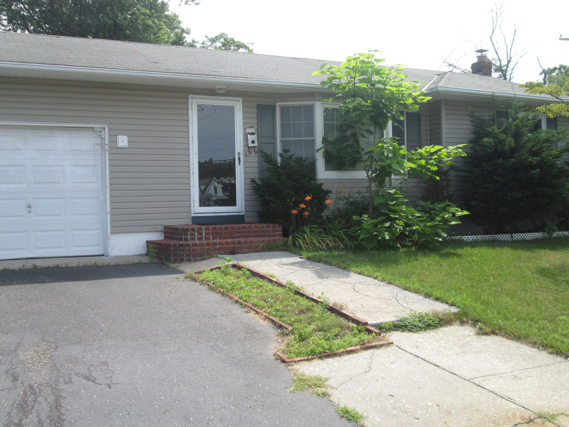 51 Grenville Ave, Patchogue, NY, 11772: Photo 1