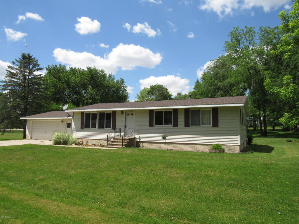 2606 village road decorah ia for sale 124 000 for Home builders iowa
