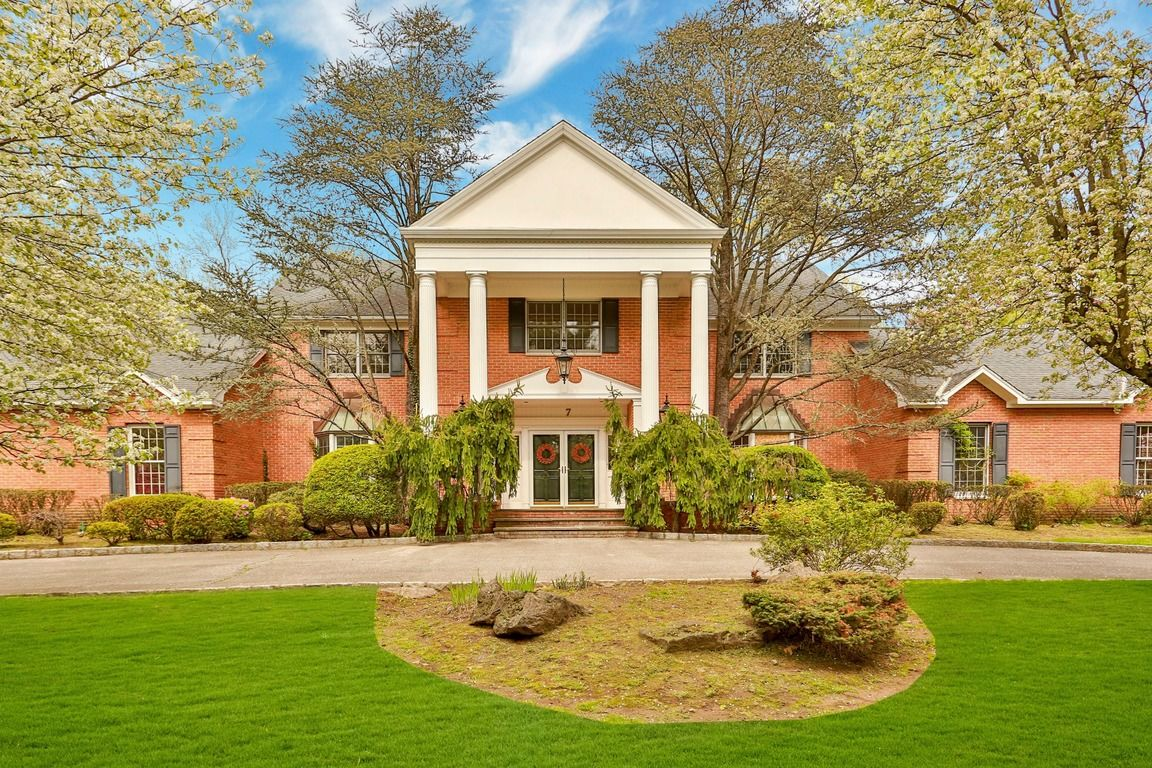 Stately 6-Bedroom House In Palisades