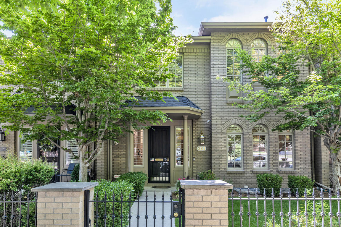 Sophisticated 3-Bedroom Townhouse In Cherry Creek