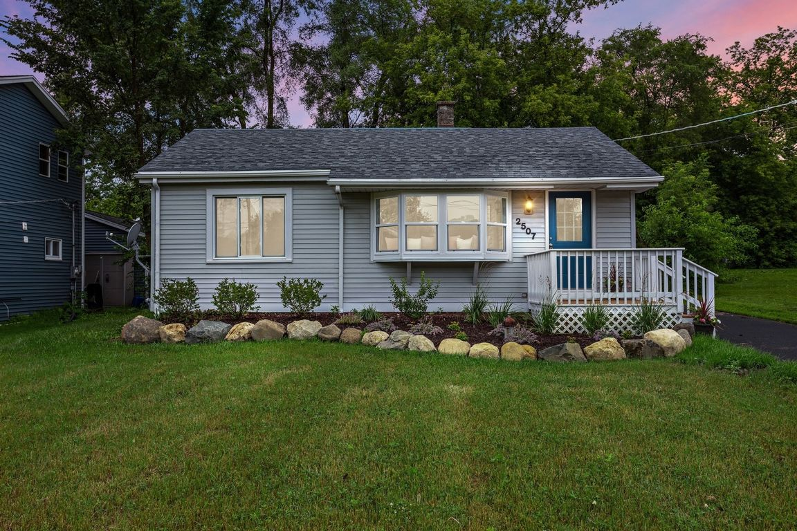 Updated 2-Bedroom House In Griswold Lake Hills
