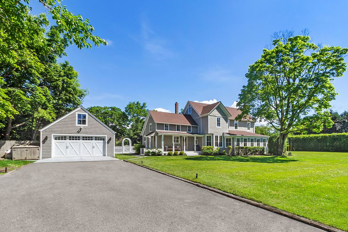 House In Center Moriches