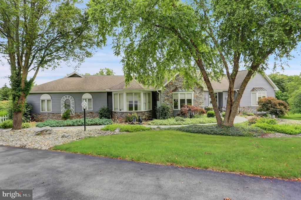 4181 SqFt House In Hedgerow