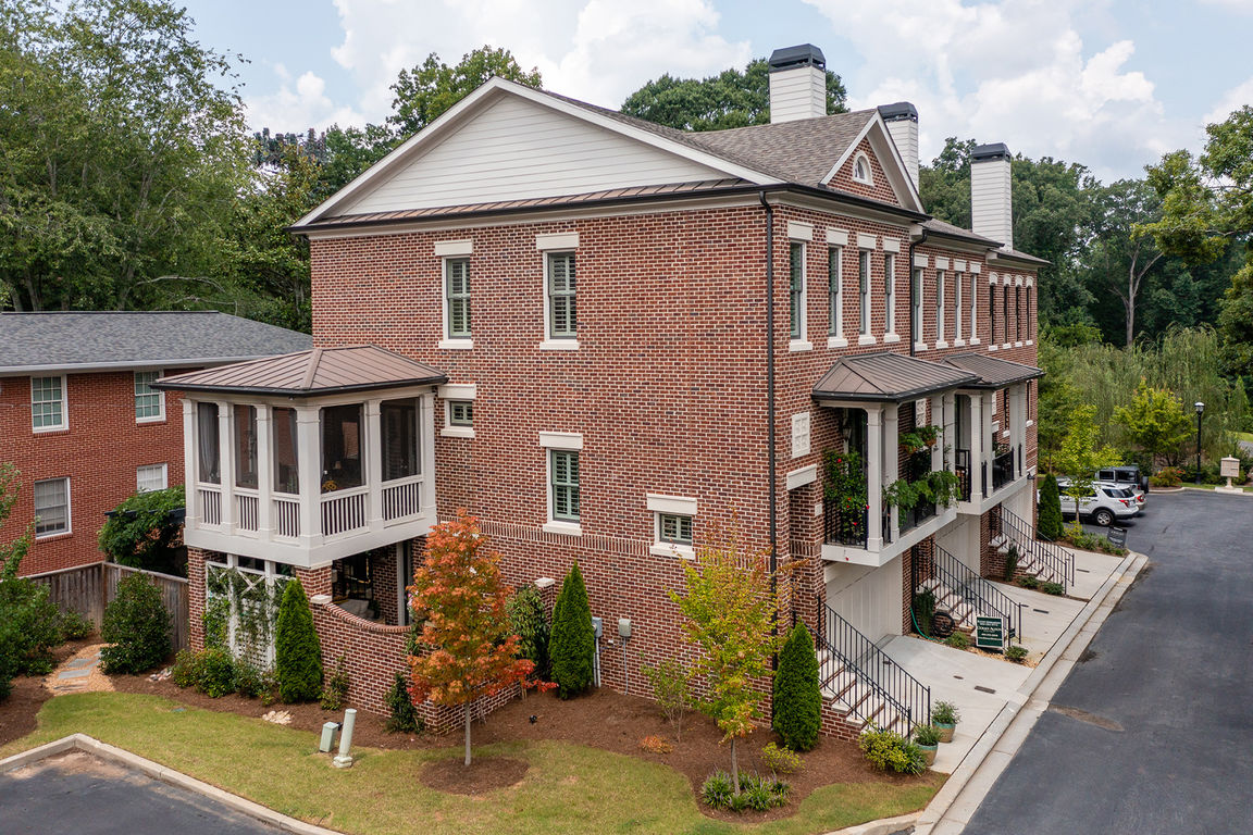 Upscale 3-Bedroom Townhouse In Historic Brookhaven
