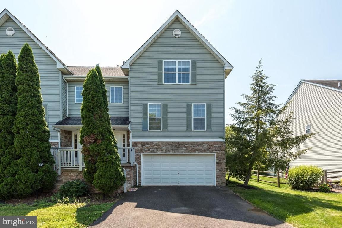 Updated 3-Bedroom Townhouse In Country Roads