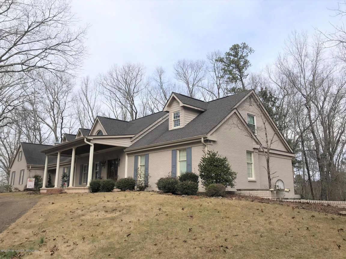 Stately 6-Bedroom House In Winfield