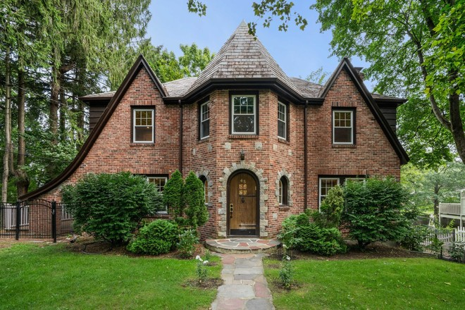 Updated 4-Bedroom House In South Brookline