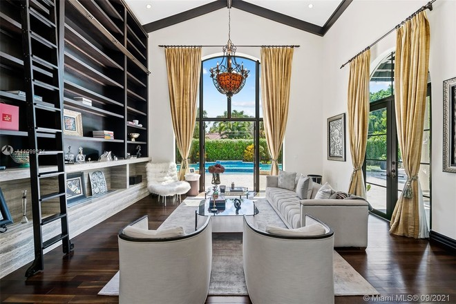 Luxurious 7-Bedroom House In Pinecrest