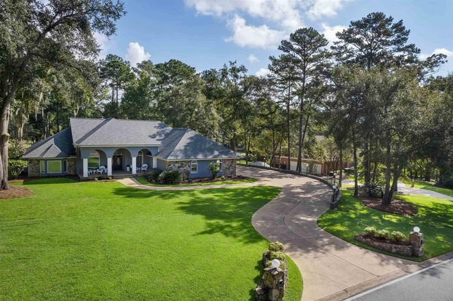 Luxurious 5-Bedroom House In Killearn Lakes