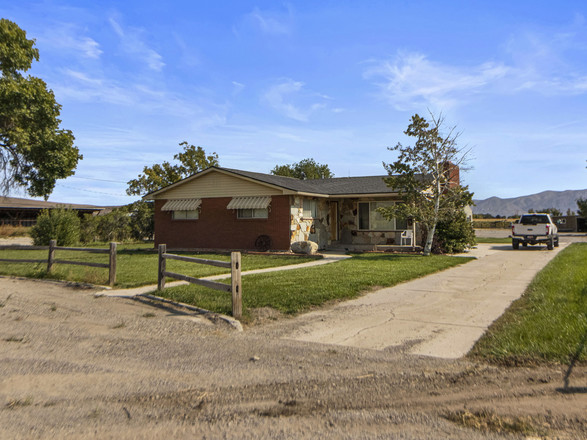 Updated 3-Bedroom House In Bothwell