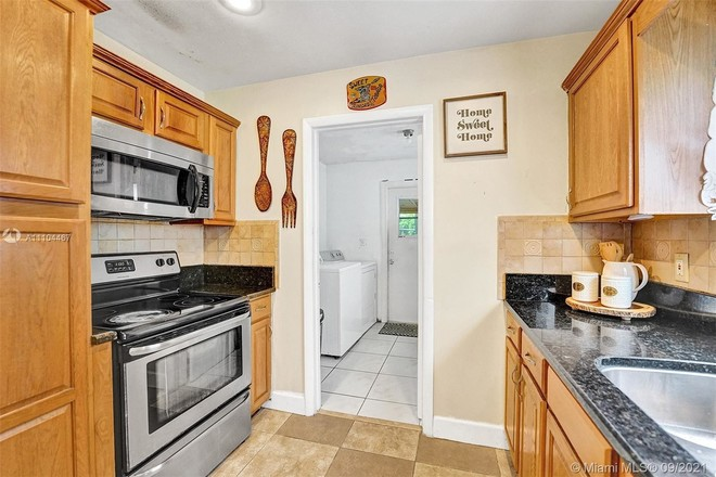 Upgraded 3-Bedroom House In Melrose Manors