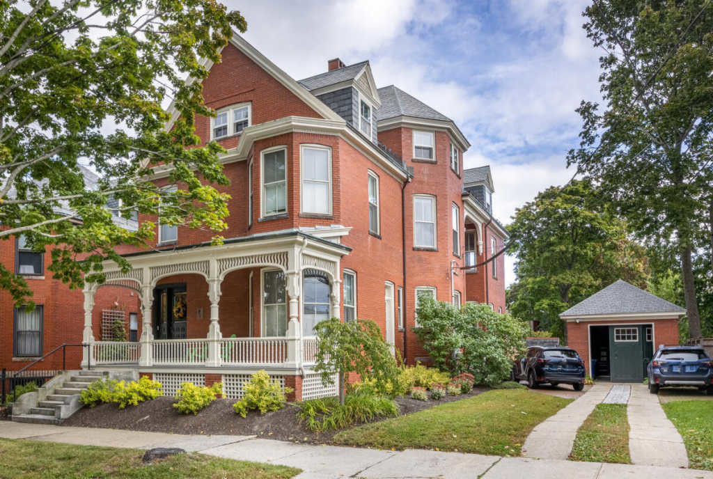 Luxurious 3-Bedroom Townhouse In West End