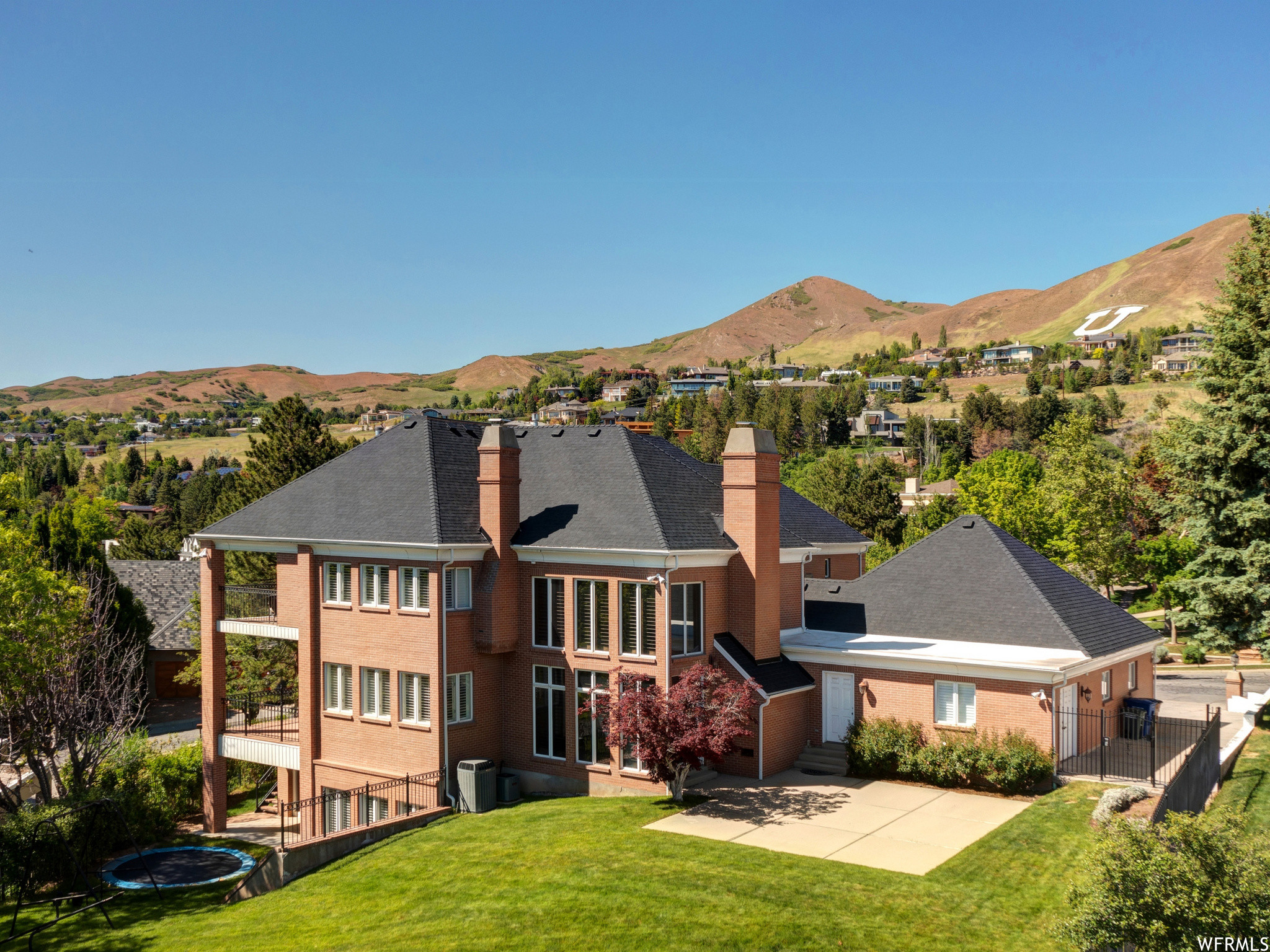 Luxurious 6-Bedroom House In The Avenues