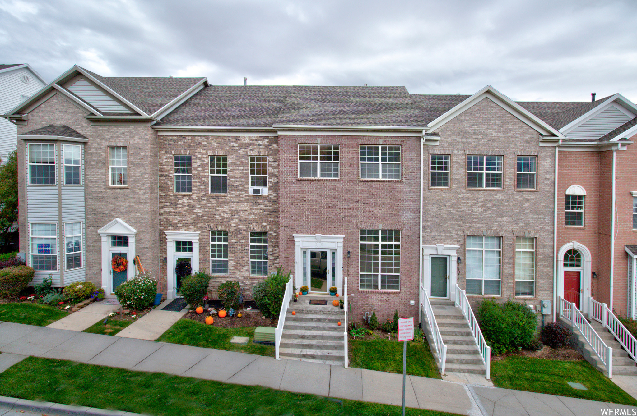 Upgraded 3-Bedroom Townhouse In South Mountain