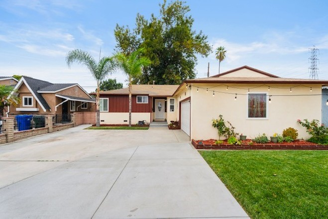 4-Bedroom House In Downey