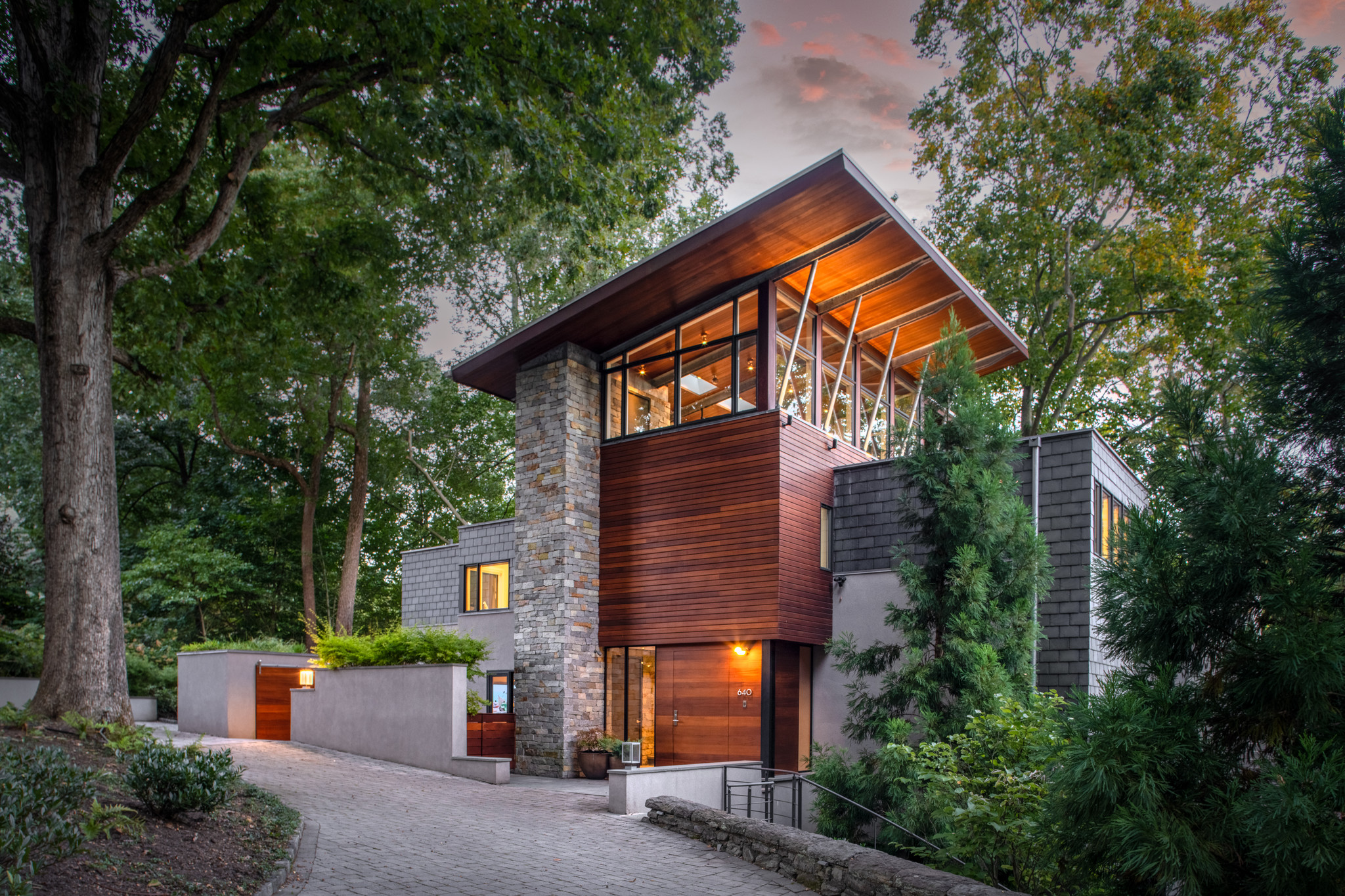 Luxurious 4-Bedroom House In Chestnut Hill