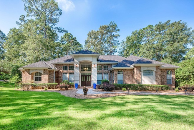 Luxurious 4-Bedroom House In Killearn Lakes