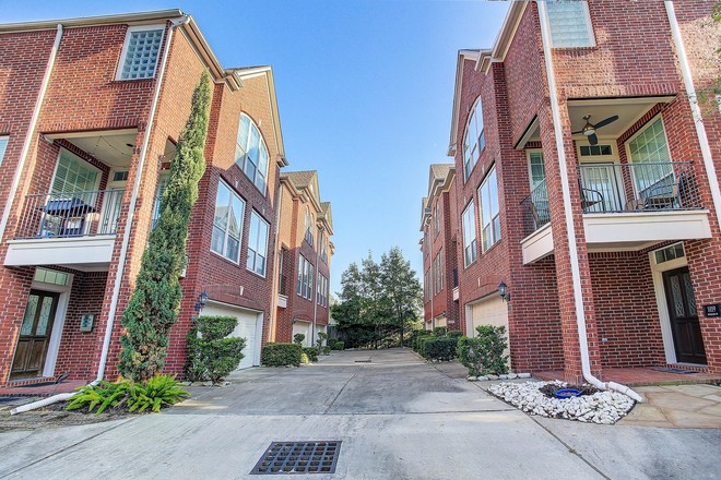 Updated 3-Bedroom Townhouse In Neartown Montrose