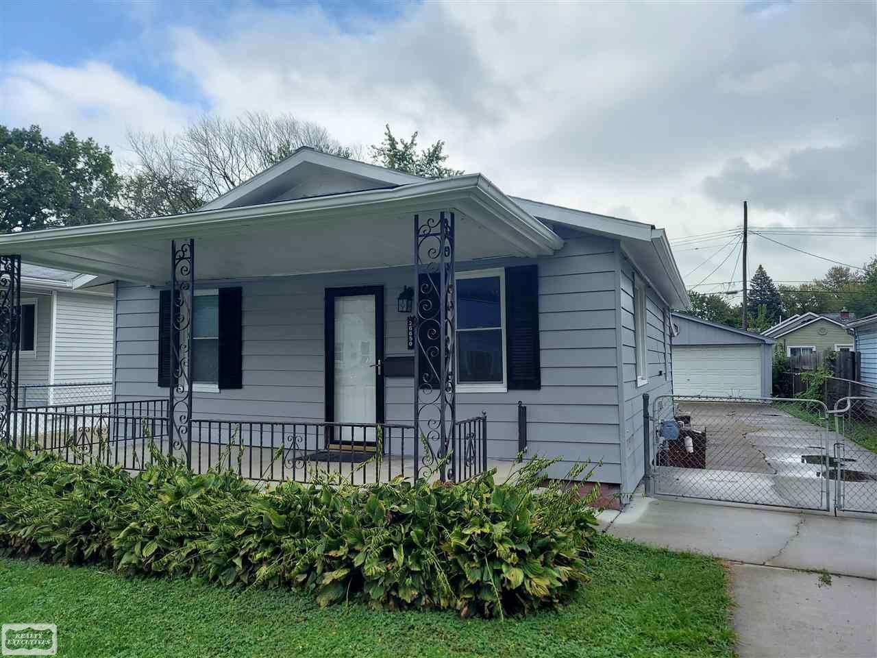 Updated 2-Bedroom House In Madison Heights