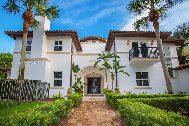 Stately 6-Bedroom House In Biscayne Bay