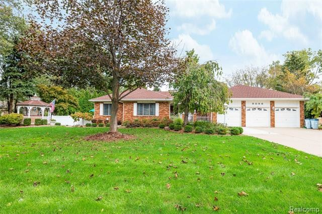 Stately 3-Bedroom House In Grosse Ile