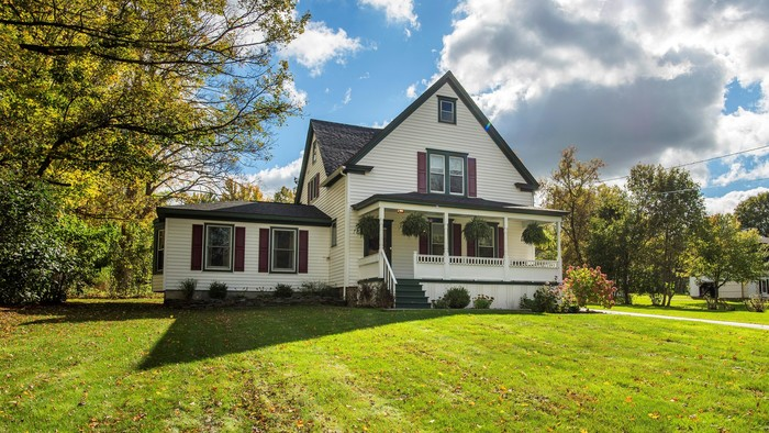 Updated 3-Bedroom House In Clinton