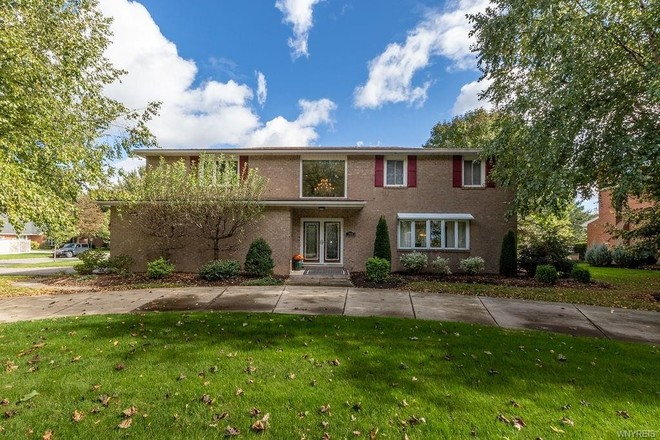 Stately 4-Bedroom House In Town Country Estates