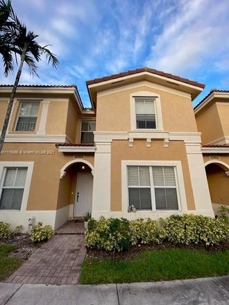 Updated 3-Bedroom Townhouse In Monarch Lakes