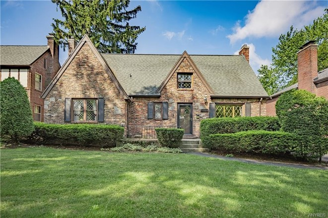 Stately 3-Bedroom House In Amherst