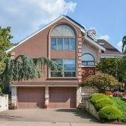 Stately 4-Bedroom House In Manor Section