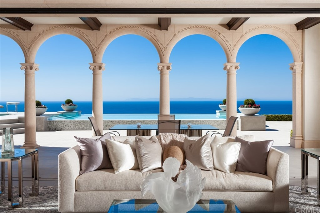 Chic 6-Bedroom House In Crystal Cove
