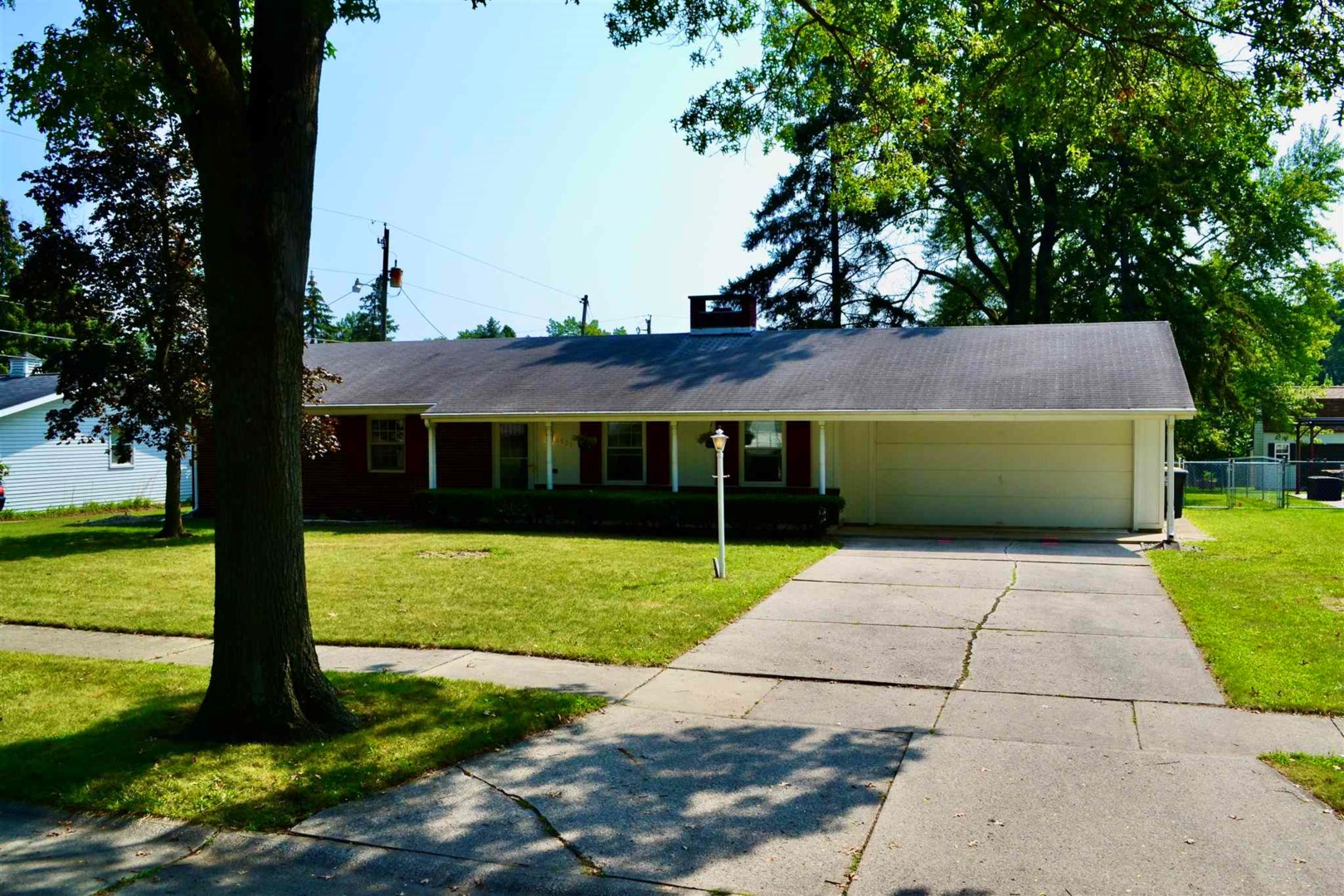 Upgraded 3-Bedroom House In Lakeshore Community