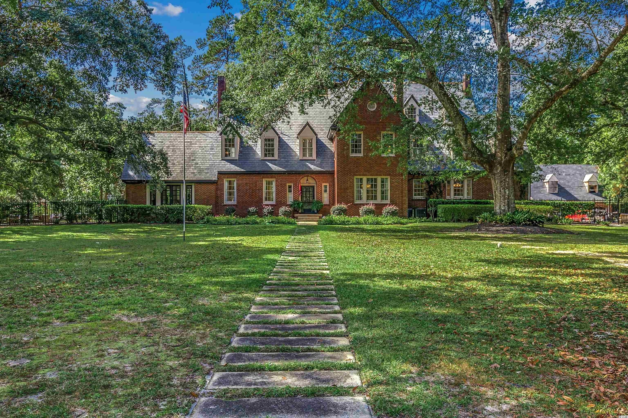 Restored 6-Bedroom House In Pinewood Circle