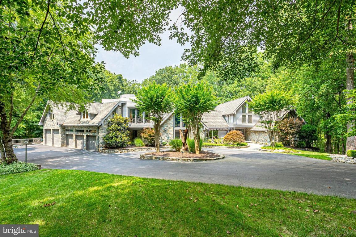 Luxurious 6-Bedroom House In Great Falls